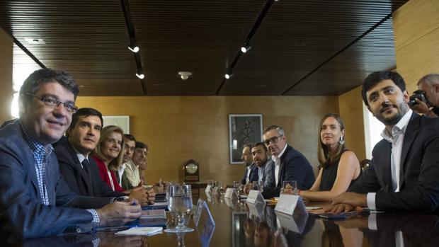 Primera reunión de los equipos negociadores de PP y Ciudadanos