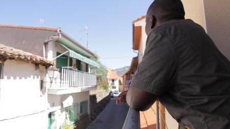Abdul conversa con una vecina del pueblo desde su balcón.