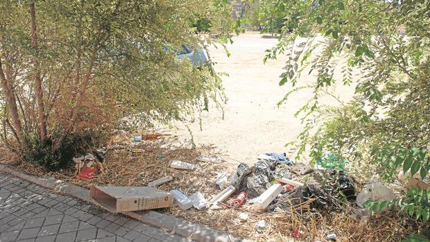Basura acumulada en las aceras del barrio de San Fermín