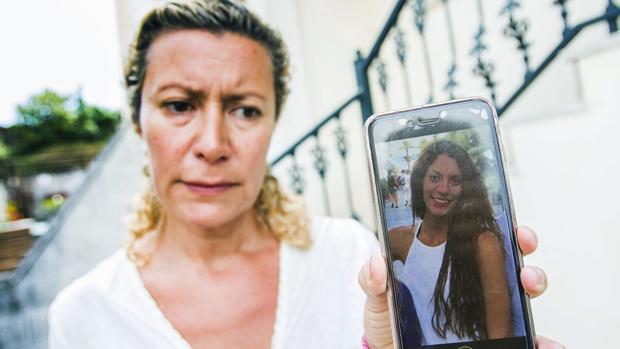 La madre de Diana Quer, con un móvil que muestra la foto de su hija