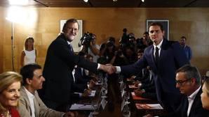 Rajoy y Rivera muestran al PSOE su pacto de 170 votos