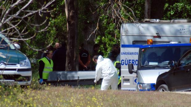 Traslado del cadáver de Miguel Ángel Cortés, de 19 años, hallado el 30 de abril de 2012