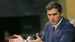 Rivera exhibe su distancia con Rajoy y sus exigencias al PP mientras pide a Sánchez que no sea un obstáculo