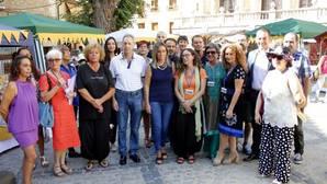 La alcaldesa, Milagros Tolón, en el centro, con poetas y concejales del Ayuntamiento