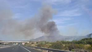El incendio de Benitatxell se extiende a Jávea y obliga a desalojar a cientos de personas de varias urbanizaciones