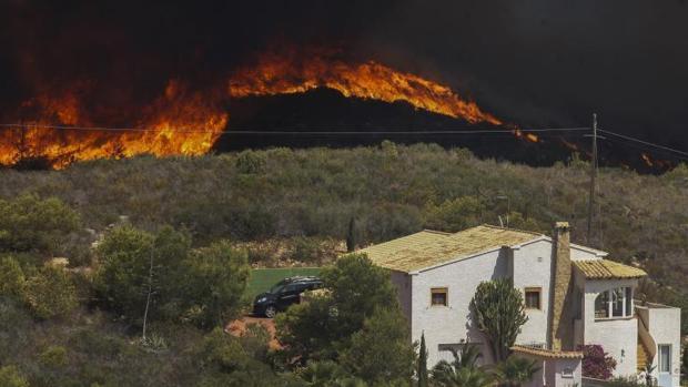 Tareas las tareas de extinción del incendio forestal entre los términos alicantinos