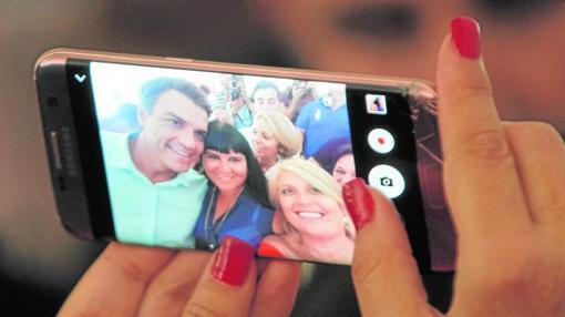 Pedro Sánchez, se hace un selfie con los simpatizantes en el acto gallego