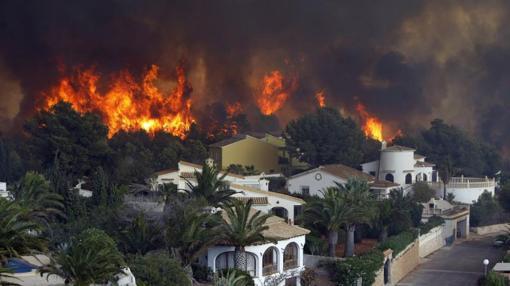 Vista general del frente del fuego en la urbanización Cumbres del Sol junto al paraje natural de La Granadella