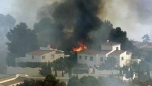 Incendio en Jávea: las llamas arrasan varios chalés después de que el viento reavive el fuego