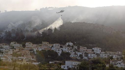 Imagen de las tareas de extinción en Benitatxell tomada este lunes