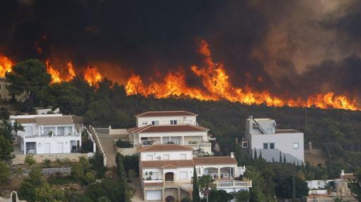 Imagen de las casas asediadas por el fuego