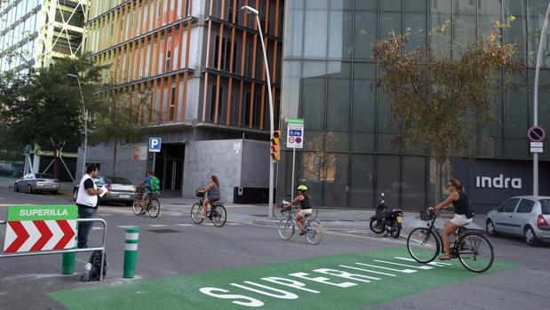 Varios ciclistas circulan por la nueva 'superilla' de Poblenou