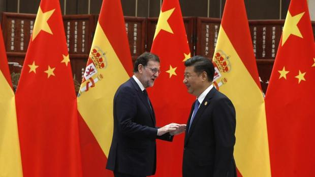 El presidente chino, Xi Jinping, y el presidente del Gobierno español en funciones, Mariano Rajoy