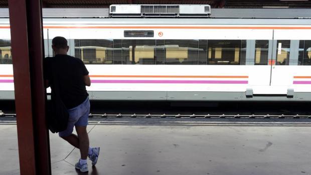 Un viajero aguarda al tren de Cercanías