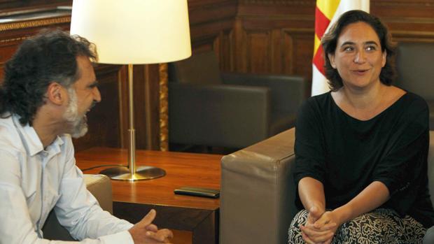 La alcaldesa se vio la semana pasada con los responsables de Òmnium Cultural