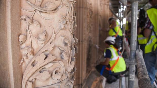 Los técnicos trabajan en la restauración de la fachada de la Universidad de Salamanca