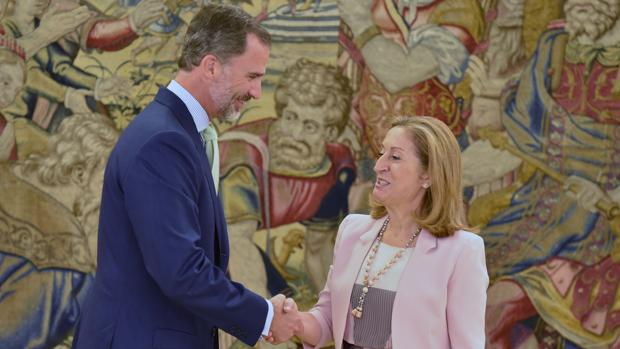 El Rey Don Felipe saluda a Ana Pastor en su llegada a Zarzuela