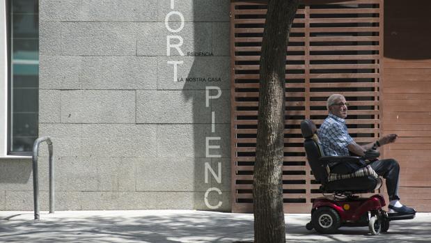 Un anciano en la puerta de la residencia Fort Pienc de Barcelona