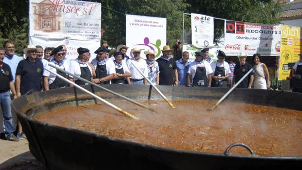 Proeza quijotesca: El pisto más grande del mundo alcanza los 1.254 kilos y duplica el Récord Guinness