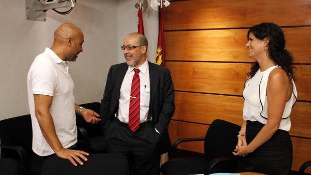 José Molina con Francisco Javier Díaz Revorio y la diputada Josefina Navarrete