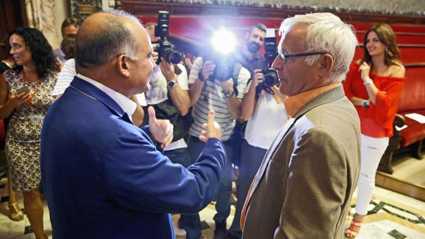 Joan Calabuig y Joan Ribó, este lunes en el Ayuntamiento de Valencia