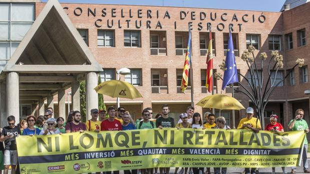 Imagen de la concentración de este martes ante la Conselleria de Educación