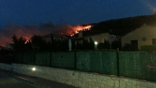 Imagen de las llamas en la urbanización El Tosalet tomadas el mismo domingo por la noche