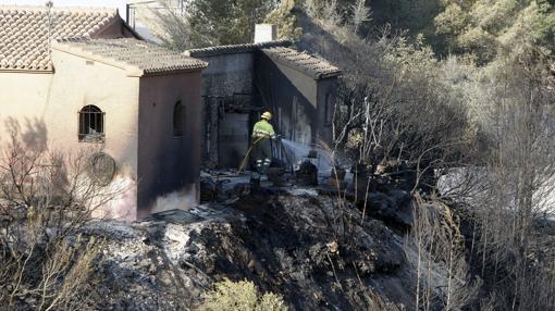 Los bomberos refrescan una de las zonas afectadas por el incendio de Jávea