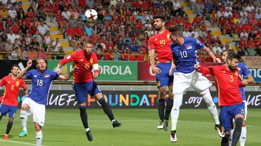 Diego Costa, Sergio Ramos, y Gerard Piqué en la jugada del primer gol