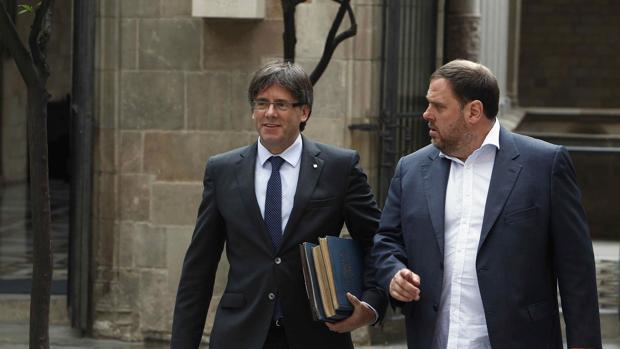 El presidente catalán, Carles Puigdemont, junto al vicepresidente y consejero de Economía, Oriol Junqueras