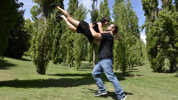 Una pareja baila el swing al aire libre