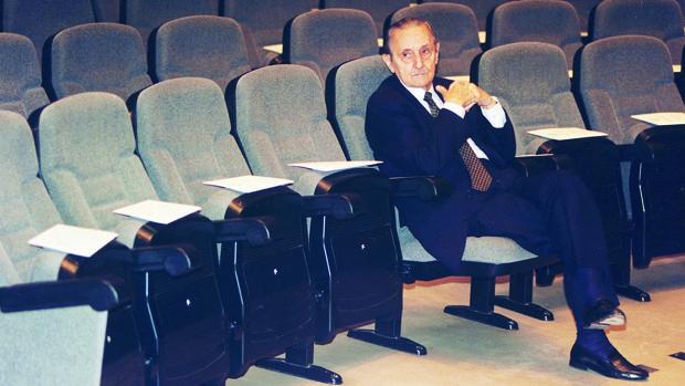 Antonio Buero Vallejo, sentado en las butacas de un teatro