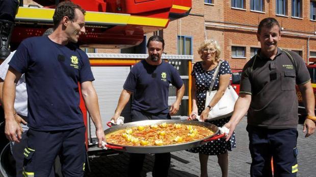 Manuela Carmena lleva la paella que compartió con los bomberos