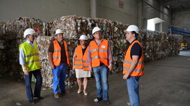Tomás Villarrubia, segundo por la derecha, durante una visita a las instalaciones del ecoparque