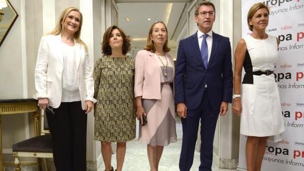 Alberto Núñez Feijóo acompañado ayer por la presidenta de la Comunidad de Madrid, Cristina Cifuentes; la vicepresidenta del Gobierno,Soraya Saénz de Santamaría; la presidenta del Congreso, Ana Pastor; y la secretaria genral del Partido Popular, María Dolores de Cospedal