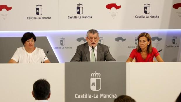 Ángel Felpeto, en el centro, durante su comparecencia en el Palacio de Fuensalida