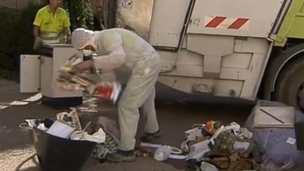 Personal del servicio municipal de limpieza tardó horas en sacar la basura acumulada en el piso
