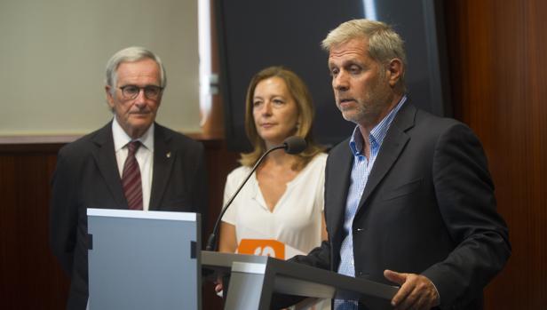 Xavier Trias, Carina Mejías y Alberto Fernández, esta mañana en el Ayuntamiento