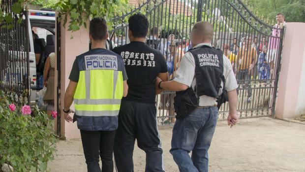 Momento de la detención de los nueve miembros de una organización de captación y explotación sexual en Ibiza