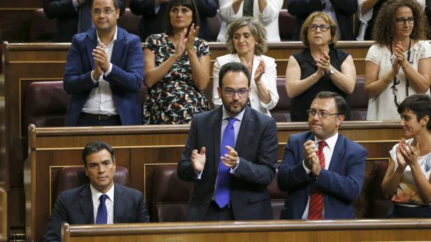 La bancada socialista durante la investidura de Mariano Rajoy