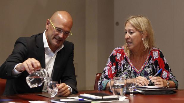 Los consejeros Romeva y Munté, ayer durante la reunión del gobierno catalán