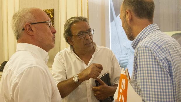 Los síndics Antonio Montiel, Manolo Mata y Alexis Marí, este martes en las Cortes