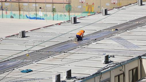 Un operario trabaja en los barracones del CEIP 103 de Valencia