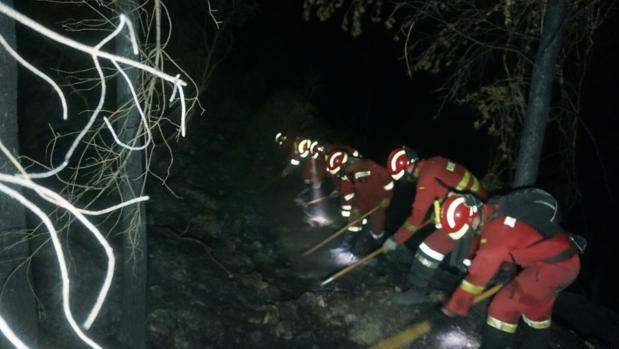 Imagen de las tareas de perimetración realizadas durante la noche en Bolulla