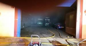 Un incendio declarado en una nave industrial calcina cuatro autobuses en Aldaya