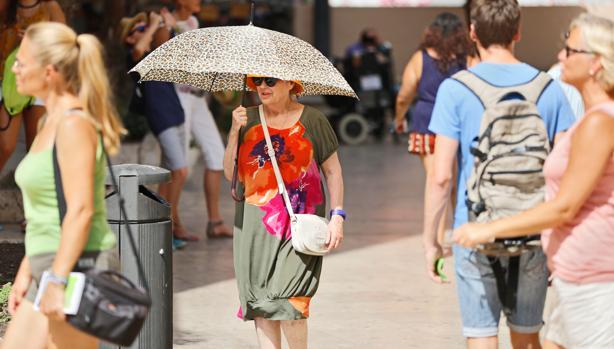 Una mujer se protege del calor en Valencia en una imagen tomada el pasado lunes
