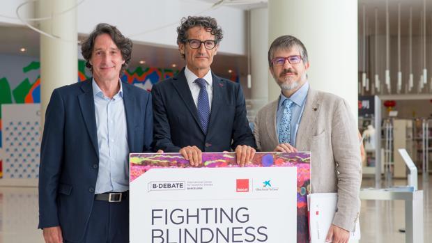 De izquierda a derecha, Jordi Portabella, director del Área de Investigación de La Caixa; Jordi Monés, director del Barcelona Macula Foundation; y Albert Barberà, director de Biocat, muestan el cartel de la jornada