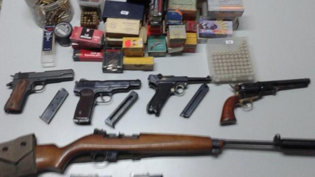 Fotografía facilitada por la Guardia Civil con las armas intervenidas en una empresa de Tauste