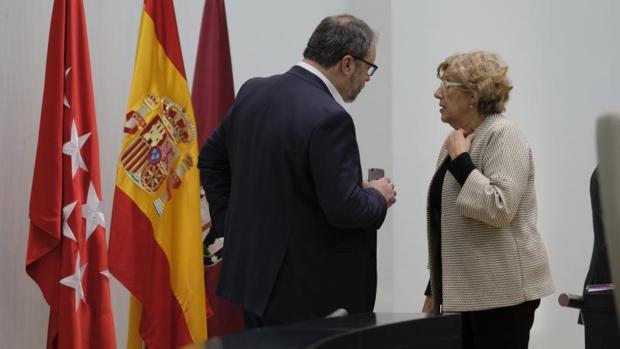 El delegado de Seguridad, Javier Barbero, y la alcaldesa de Madrid, Manuela Carmena