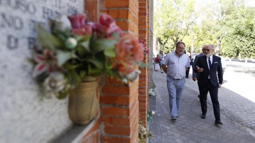 El concejal Javier Babero, durante su visita al cementerio de La Almudena